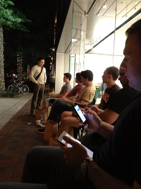 Official Waiting in line for an iPhone 5s Thread!-image.jpg