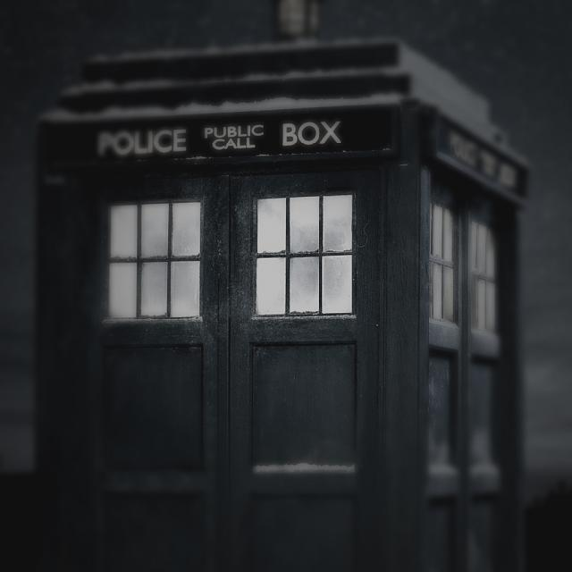 Looking for a new wallpaper or have one to share?-tardis-3.jpg