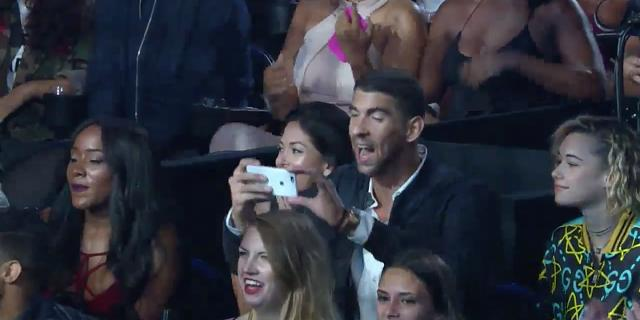 Michael Phelps with iPhone 7 at VMAs-screen-shot-2016-08-29-12.31.47-am.jpg