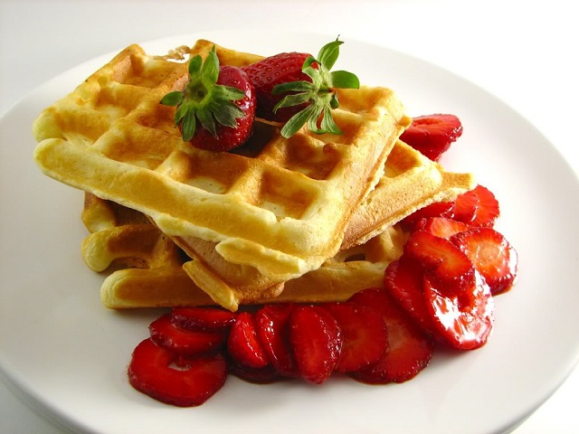 The iMore 20K / 50K Post Challenge - Are you up for it?-waffles_with_strawberries.jpg